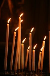 tien_brandende_kaarsen_in_kerk