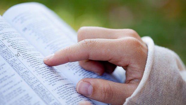 Vrouw-leest-de-Bijbel