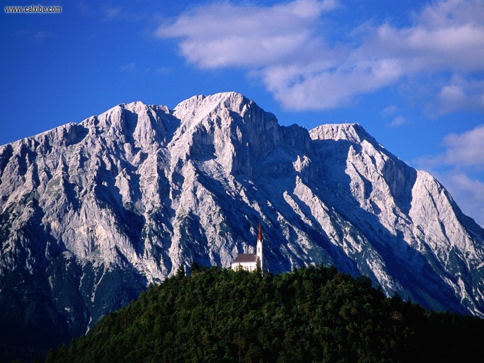 Hillside_Church_and_Mount_Griesspitzen_Tirol_Austria