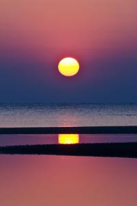 landschappen-iphone-achtergronden-met-de-zee-en-ondergaande-zon-landschappen-iphone-wallpapers