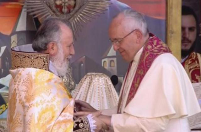 Katholikos Karekin II en paus Franciscus tijdens de goddelijke liturgie © RadVat