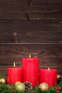 kerst-kaarsen-met-houten-achtergrond_1147-198